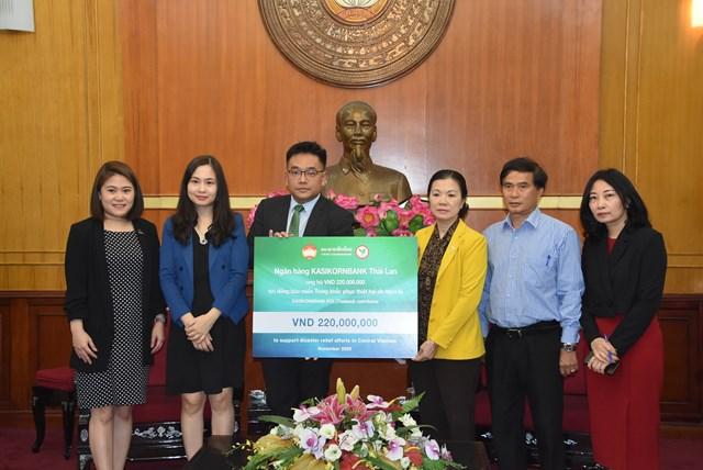 Phó Chủ tịch Trương Thị Ngọc Ánh tiếp nhận ủng hộ từNgân hàng Kasikornbank Thái Lan.