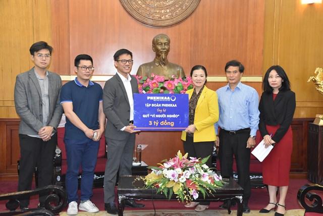 Phó Chủ tịch Trương Thị Ngọc Ánh tiếp nhận ủng hộ từTập đoàn Phenikaa.