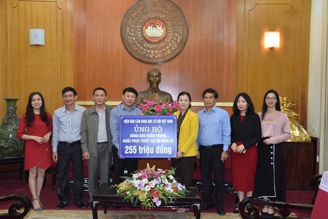 Phó Chủ tịch Trương Thị Ngọc Ánh tiếp nhận ủng hộ từ Viện Hàn lâm khoa học Việt Nam.