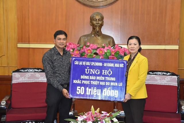 Phó Chủ tịch Trương Thị Ngọc Ánh tiếp nhận ủng hộ từ CLB Golf Splendora – An Khánh, Hoài Đức.