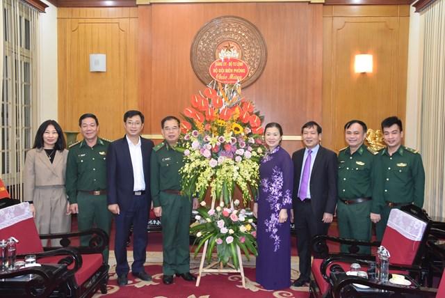 Phó Chủ tịch Trương Thị Ngọc Ánh đón nhận lẵng hoa chúc mừng từ Đảng ủy Bộ Tư lệnh Bộ đội Biên phòng.