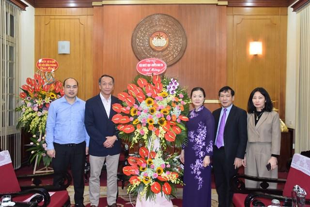Phó Chủ tịch Trương Thị Ngọc Ánh đón nhận lẵng hoa chúc mừng từ Viện huyết học – Truyền máu Trung ương.