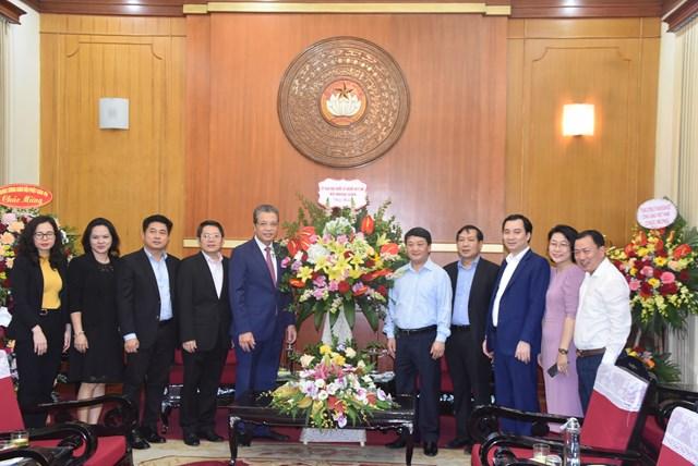 Phó Chủ tịch – Tổng Thư ký Hầu A Lềnh đón nhận lẵng hoa chúc mừng từ Ủy ban Nhà nước về người Việt Nam ở nước ngoài.