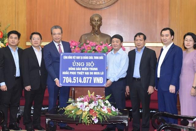 Phó Chủ tịch – Tổng Thư ký Hầu A Lềnh tiếp nhận ủng hộ từ Cộng đồng người Việt Nam tại Quảng Châu,Trung Quốc.