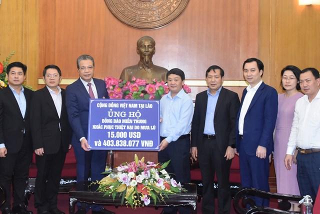 Phó Chủ tịch – Tổng Thư ký Hầu A Lềnh tiếp nhận ủng hộ từCộng đồng người Việt Nam tại Lào.