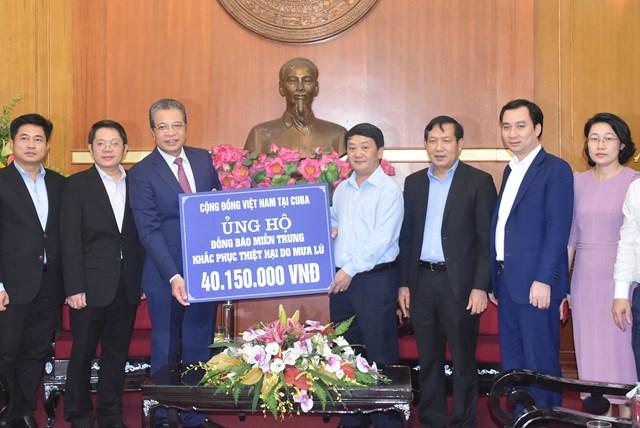 Phó Chủ tịch – Tổng Thư ký Hầu A Lềnh tiếp nhận ủng hộ từ Cộng đồng người Việt Nam tại Cuba.