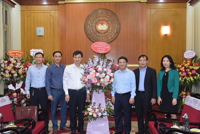 Phó Chủ tịch – Tổng Thư ký Hầu A Lềnh đón nhận lẵng hoa chúc mừng từ Ngân hàng Chính sách xã hội.