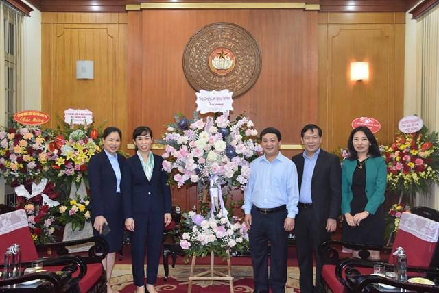 Phó Chủ tịch – Tổng Thư ký Hầu A Lềnh đón nhận lẵng hoa chúc mừng từ Tổng công ty Lâm nghiệp Việt Nam.