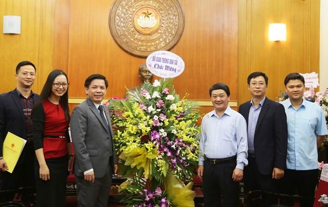 Phó Chủ tịch – Tổng Thư ký Hầu A Lềnh đón nhận lẵng hoa chúc mừng từ Bộ Giao thông vận tải.