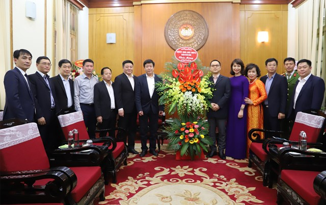 Đón nhận lẵng hoa chúc mừng từ Quận ủy - HĐND - UBND - MTTQ quận Hoàn Kiếm.