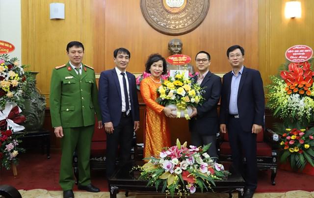 Đón nhận lẵng hoa chúc mừng từ Đảng ủy - HĐND - UBND - MTTQ phường Hàng Bông.