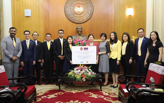 Phó Chủ tịch Trương Thị Ngọc Ánh tiếp nhận ủng hộ từ đoàn đại biểu Đại sứ quán Thái Lan tại Hà Nội.