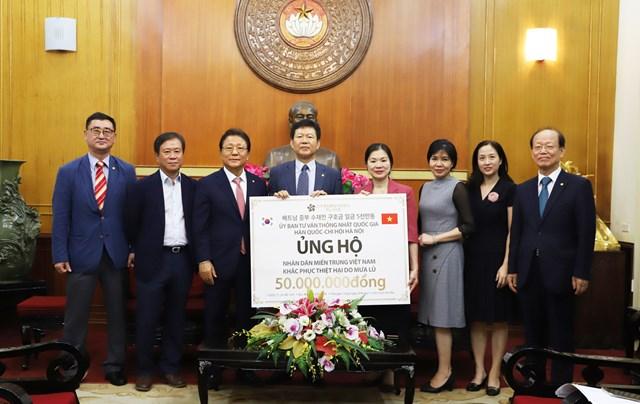 Phó Chủ tịch Trương Thị Ngọc Ánh tiếp nhận ủng hộ từ Ủy ban tư vấn Thống nhất Quốc gia Hàn Quốc - Chi hội Hà Nội.
