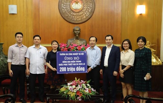 Phó Chủ tịch Ngô Sách Thực tiếp nhận ủng hộ từ Trường Đại học Công nghiệp Hà Nội.