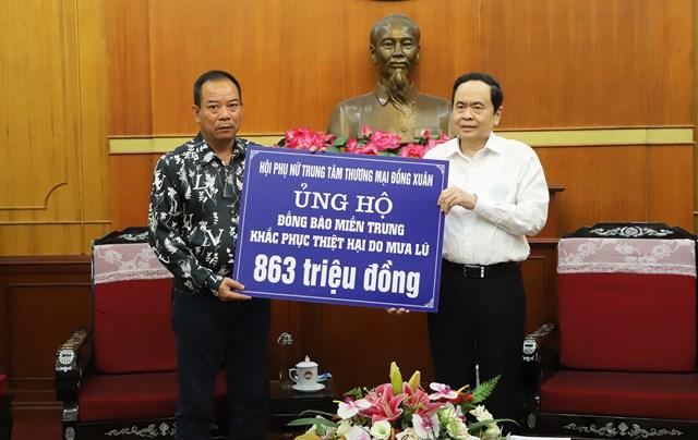 Chủ tịch Trần Thanh Mẫn tiếp nhận ủng hộ từ Hội phụ nữ Trung tâm thương mại Đồng Xuân.