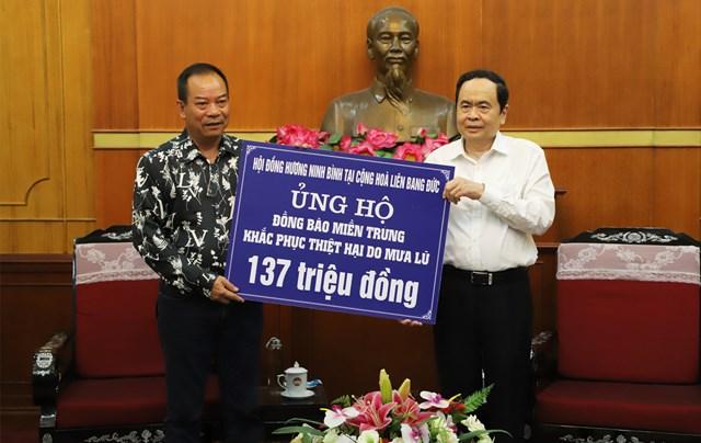 Chủ tịch Trần Thanh Mẫn tiếp nhận ủng hộ từ Hội đồng hương Ninh Bình tại Cộng hòa Liên bang Đức.