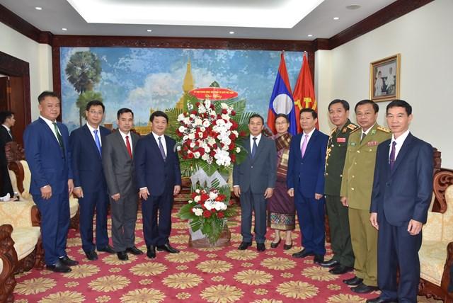 Phó Chủ tịch – Tổng Thư ký Hầu A Lềnh tặng hoa chúc mừng Đại sứ quán Lào.