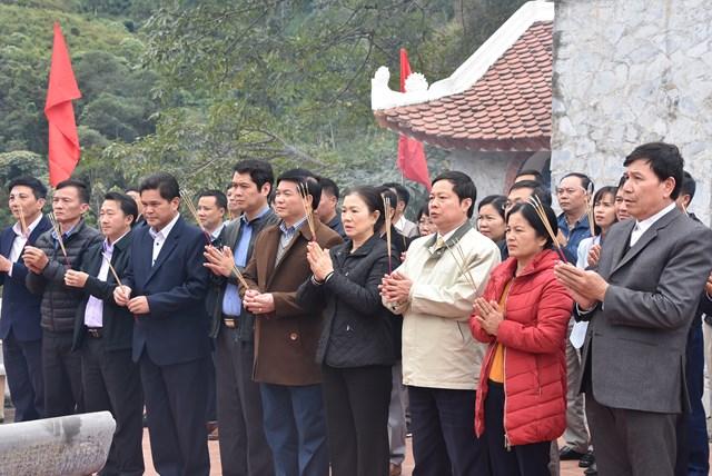 Phó Chủ tịch Trương Thị Ngọc Ánh dâng hương tại Đền thờ các anh hùng liệt sĩ mặt trận Vị Xuyên.