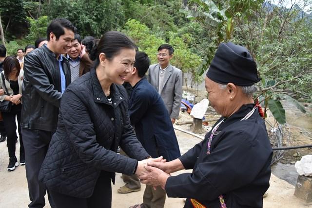 Phó Chủ tịch Trương Thị Ngọc Ánh gặp gỡ, giao lưu cùng bà con.