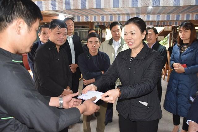 Phó Chủ tịch Trương Thị Ngọc Ánh tặng quà người dân tại xã Thanh Thủy, huyện Vị Xuyên, tỉnh Hà Giang.
