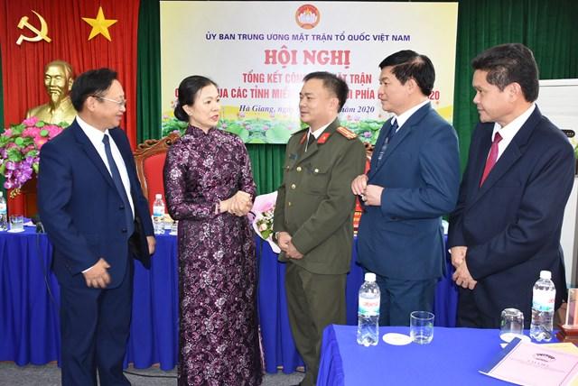 Phó Chủ tịch Trương Thị Ngọc Ánh trao đổi với các đại biểu dự Hội nghị.