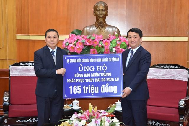 Phó Chủ tịch – Tổng Thư ký Hầu A Lềnh tiếp nhận ủng hộ.