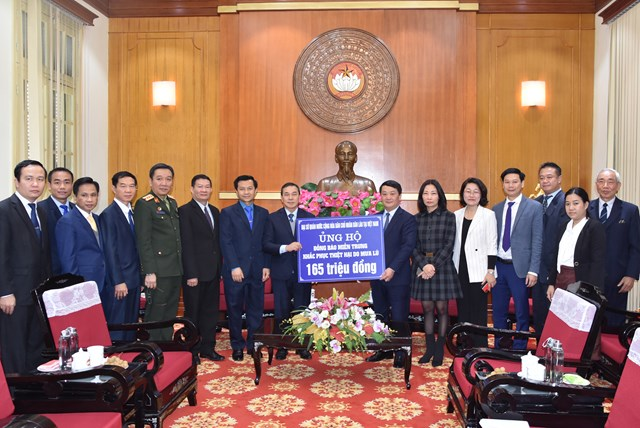 Phó Chủ tịch – Tổng Thư ký Hầu A Lềnh tiếp nhận ủng hộ từ Đại sứ quán Lào tại Việt Nam.