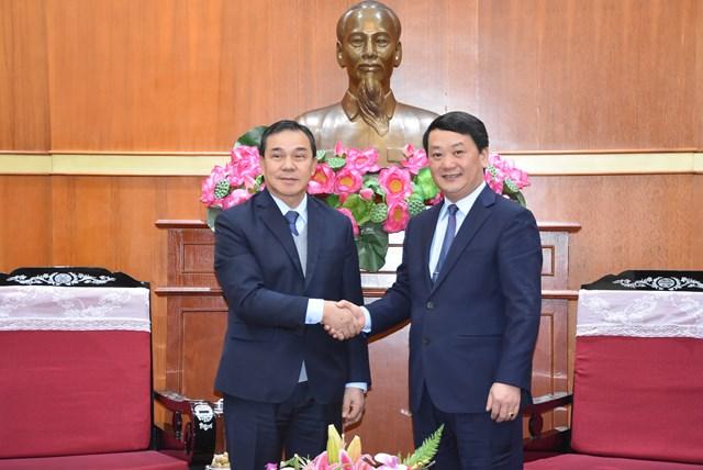 Phó Chủ tịch – Tổng Thư ký Hầu A Lềnh thân mật tiếpĐại sứ Lào tại Việt Nam Sengphet Hounboungnuang.