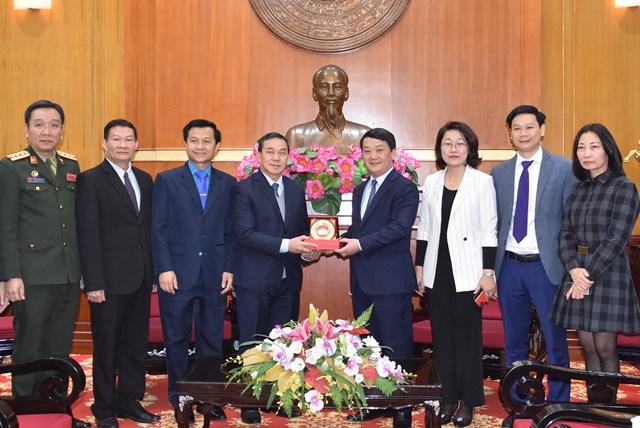 Phó Chủ tịch – Tổng Thư ký Hầu A Lềnh tặng Kỷ niệm chương UBTƯ MTTQ Việt Nam cho Đại sứ quán Lào.