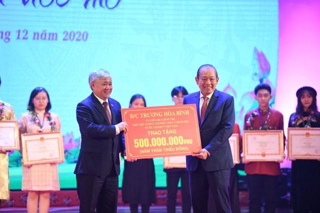 Phó Thủ tướng Thường trực Chính phủ Trương Hoà Bình trao tặng học bổng cho các em học sinh, sinh viên xuất sắc.
