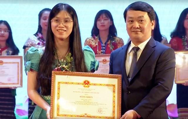 Phó Chủ tịch - Tổng Thư ký UBTƯ MTTQ Việt Nam Hầu A Lềnh trao tặng bằng khen cho các emhọc sinh, sinh viên có thành tích xuất sắc trong học tập.