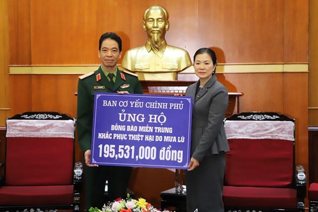 Phó Chủ tịch Trương Thị Ngọc Ánh tiếp nhận ủng hộ.