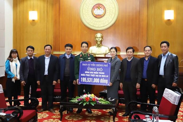 Phó Chủ tịch Trương Thị Ngọc Ánh tiếp nhận ủng hộ miền Trung từ Ban Cơ yếu Chính phủ.