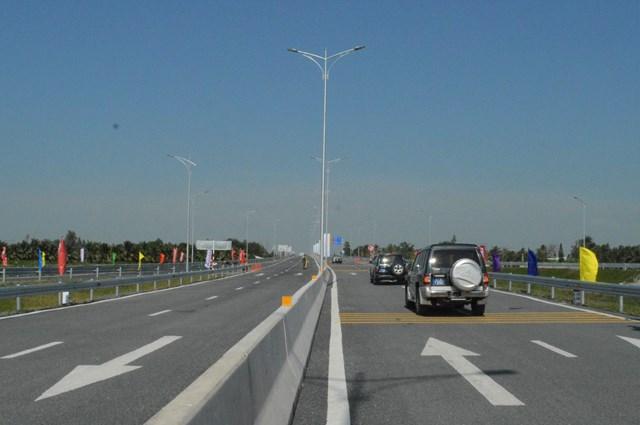 tuyến đường có vận tốc thiết kế là 80 km/h với 4 làn xe
