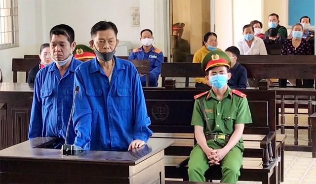 """2 bị cáo Quang và Linh lãnh tổng cộng 43 năm tù về 2 tội danh """"Giết người"""" và """"Hủy hoại tài sản""""."""