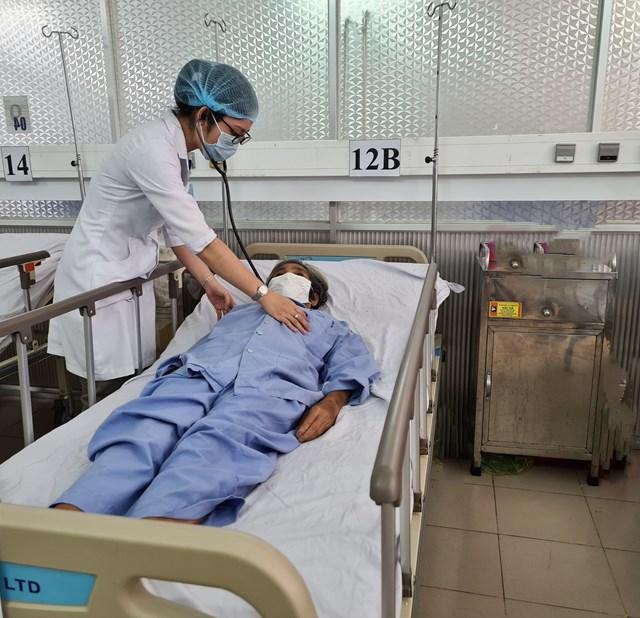 Bác sĩ thăm khám bệnh nhân sau phẫu thuật.
