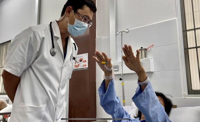 Bác sĩ kiểm tra tình trạng phục hồi của bệnh nhân.