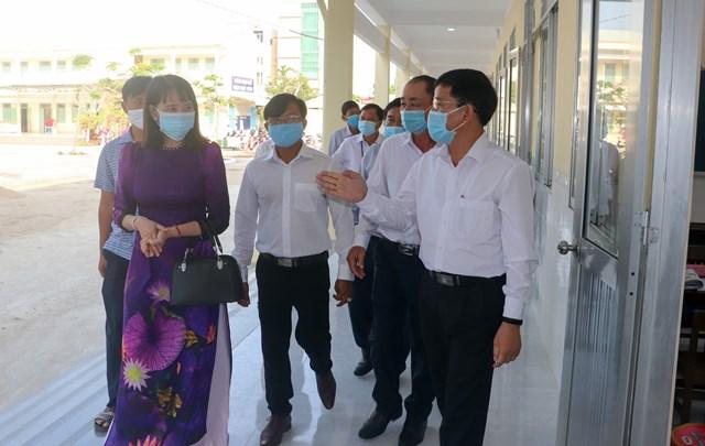ÔngTrần Văn Huyến, Phó Bí thư Thường trực Tỉnh ủy Hậu Giang kiểm tra công tác phòng, chống dịch bệnh tại các điểm trường.