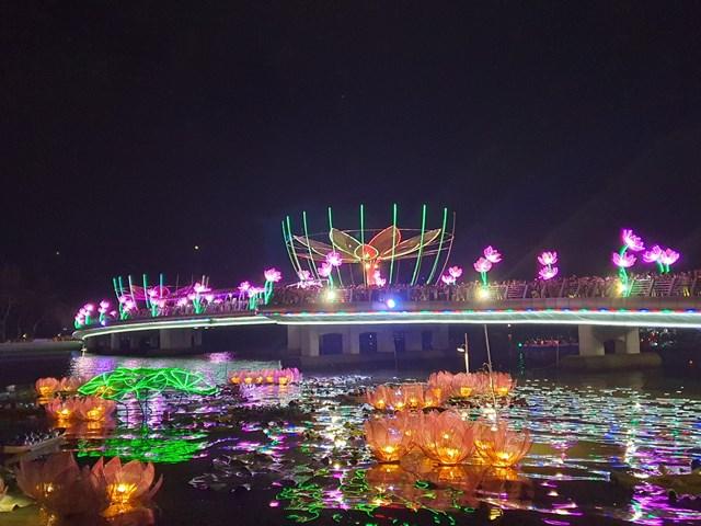 Đêm hoa đăng Ninh Kiều đầy sắc màu