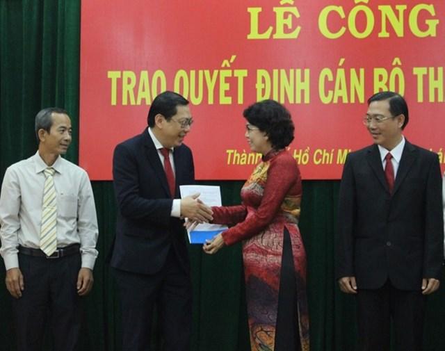 Chủ tịch Ủy ban MTTQ Việt Nam TP HCM Tô Thị Bích Châu trao Quyết định thành lập Ủy ban MTTQ Việt Nam TP Thủ Đức lâm thời.