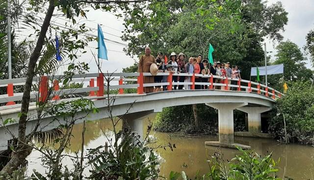 Chiếc cầu nông thôn khang trang được trao cho người dân xã Đông Phước, huyện Châu Thành.