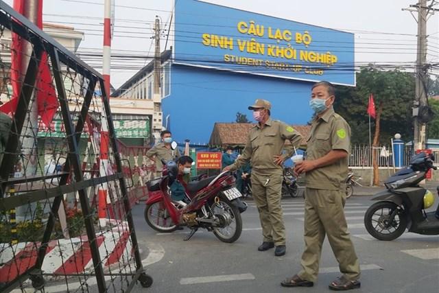Lực lượng chức năng phong tỏa tại Đại học Thủ Dầu Một. (Ảnh: Dương Bình).