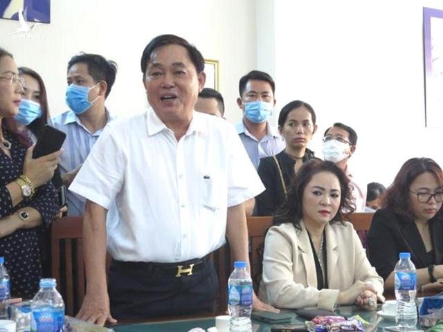Vợ chồng ông Huỳnh Uy Dũng trình bày tại buổi buổi đối chất.