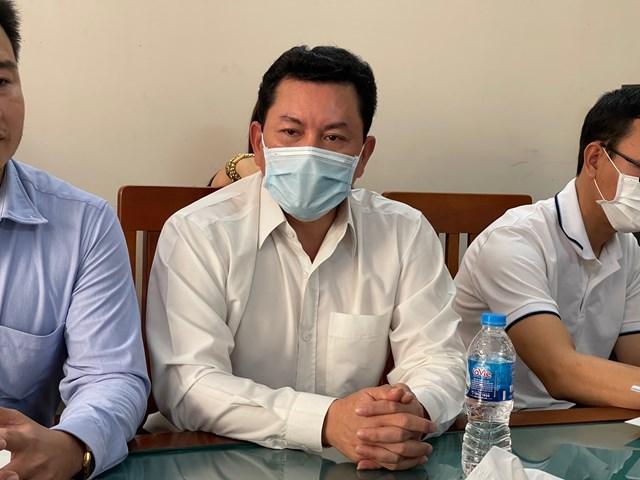 """Ông Võ Hoàng Yên (giữa) phủ nhận việc """"ăn chặn"""" cứu trợ."""