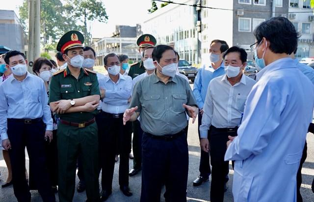 Thủ tướng Chính phủ Phạm Minh Chính và các thành viên đoàn công tác làm việc tại Bệnh viện đa khoa tỉnh Bình Dương.