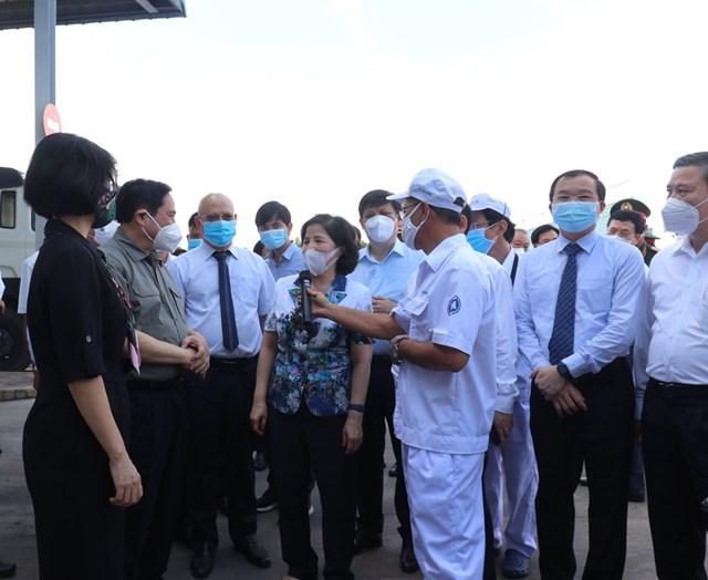 Thủ tướng Chính phủ Phạm Minh Chính nghe lãnh đạo Tổng Công ty CP Sữa Việt Nam báo cáo về tình hình sản xuất cũng như công tác phòng, chống dịch tại công ty.