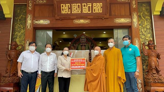 Hòa thượng Thích Thiện Nhơn trao bảng tặng 6 máy thở đa năng đến Thành phố hỗ trợ điều trị Covid-19.