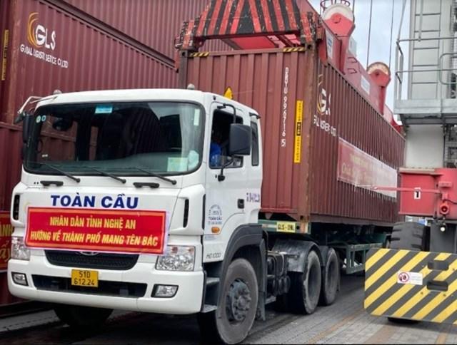 Hàng thiết yếu của Nghệ An hỗ trợ đồng bào TP.HCM được chuyển về từ cảng Bến Nghé (quận 7).