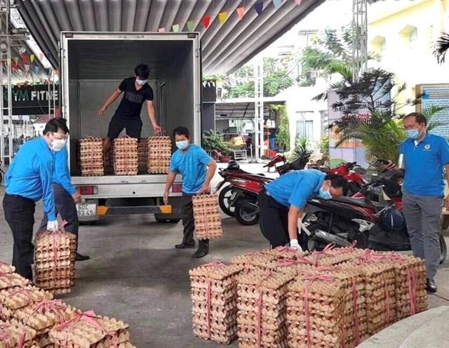 LĐLĐ quận Bình Tân chuẩn bị trứng gà để trao cho đoàn viên công đoàn, người lao động có hoàn cảnh khó khăn.