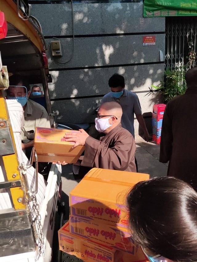 Phật giáo Việt Nam tiếp tục phong trào 'bữa cơm yêu thương' trong tâm dịch - Ảnh 1
